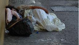 Homme sans-abri dormant dans la rue